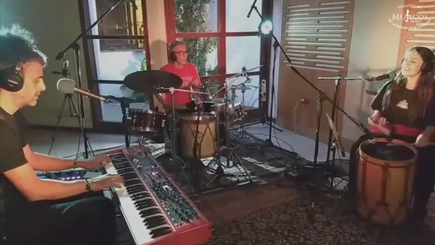toca-chango-homenaje-a-Chango-Farias-Gomez-en-conmemoracion-a-su-nacimiento-Paola-Bernal-en-voz-y-bombo-Diego-Bravo-en-piano-y-Pichi-Pereyra-en-percusion